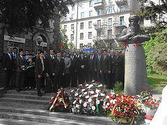 У памятника поэта Махтумкули